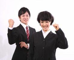 対人コミュニケーションを学んでいる会社員の男女