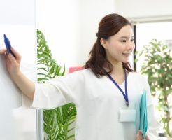自律神経失調症の治療法について説明している女性カウンセラー
