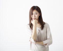 スマホ依存症で悩んでいる女性