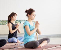 摂取障害に陥りヨガで回復を図る女性