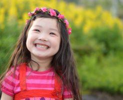 最高の笑顔で微笑みかける女の子