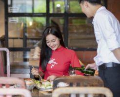 行列に並んでベトナム料理を食べる女性