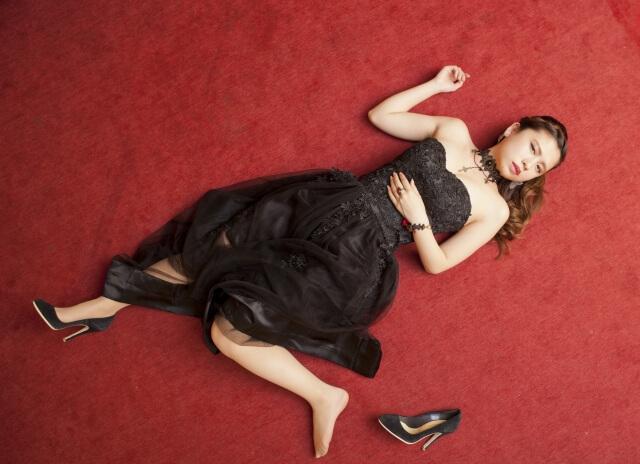 悲劇のヒロインを演じている女性