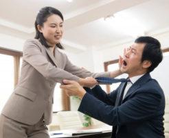 男性社員に高圧的な態度を取っている女性社員