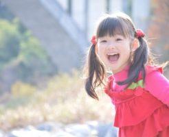 大きな声で話をしている赤いドレスの少女