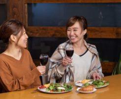 食事をしながら、左側の女性のプライベートを根掘り葉掘り聞こうとする右側のおせっかいな女性