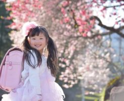 小学校の入学を控えとても嬉しそうな笑顔の女の子