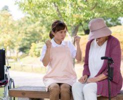 介護士の女性の指示に従わない高齢の女性