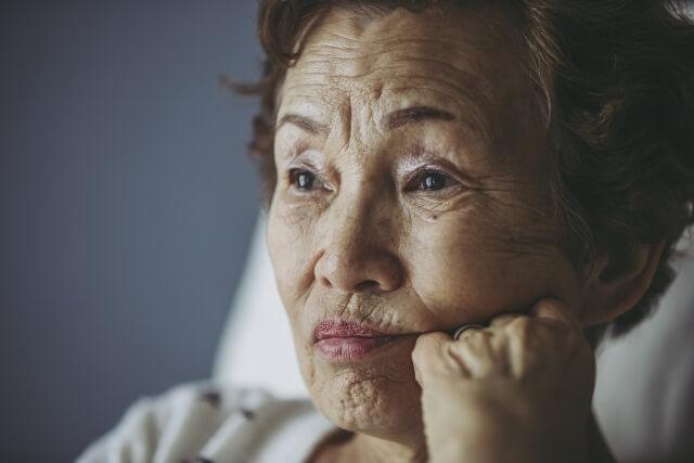 他人の噂話が好きな高齢女性