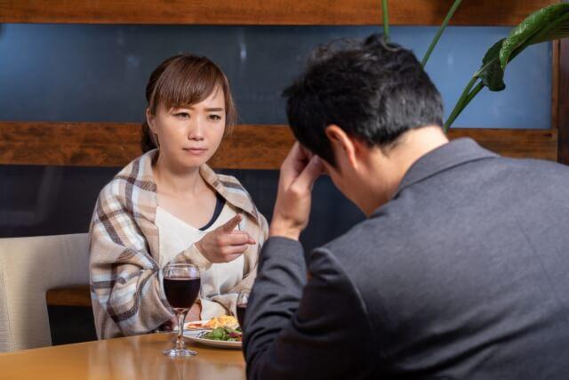 言い合いになり、相手に対して舌打ちをする女性