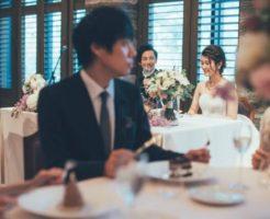 結婚披露宴でデザートのケーキを美味しそうに食べる、甘いものが大好きな男性