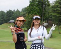 趣味がない友人(白いシャツ)にゴルフを教える黒いシャツの女性