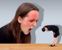 たいして悪くもないのに、怒られると直ぐに謝ってしまう女性会社員