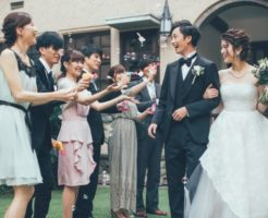 結婚パーティの架空ドッキリを仕掛けられている、騙されやすい男女カップル