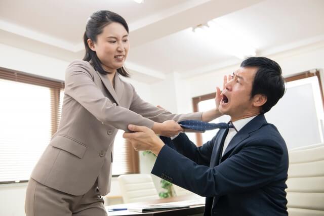 普段は温厚だが、ストレスが溜まると豹変してしまう、性格に裏表がある女性社員