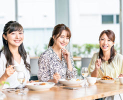 辛い食べ物が好きな3人の女性OL