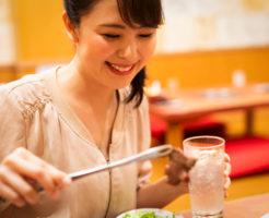 焼き肉食べ放題のお店で食事をする女性