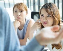 2人の女子社員になめた態度を取られている上司の男性