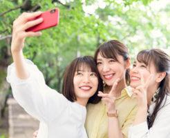 仲良さそうにしているが、実は集団生活が苦手な3人の若い女性