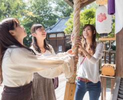 神社や仏閣でおみくじを引くのが大好きな女性3人組