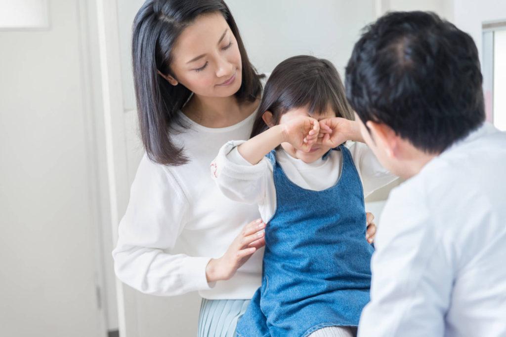 病院嫌いで医師の前で泣いている少女