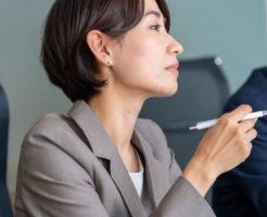 高飛車な態度で会議の雰囲気を悪化させている女性上司
