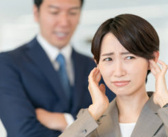 しつこい性格の上司からネチネチ言われ困っている女性社員