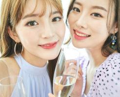 よく笑い、笑顔で自撮りする2人の若い女性