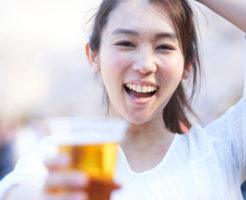 お花見でビールを飲み人前で平然とゲップをする女性