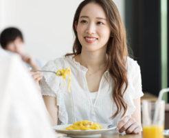 デート中の彼氏に食欲がないアピールをする女性
