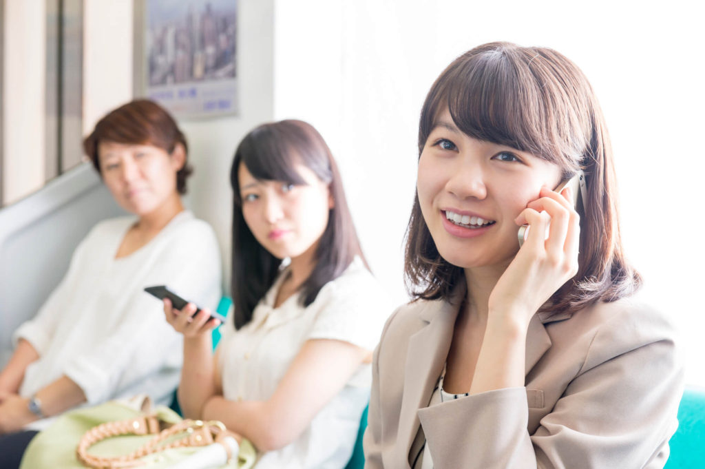 電車の中で堂々と電話をしているイタい女性