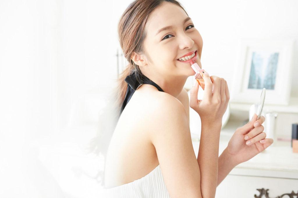 化粧をしなかった女性が初めて化粧をして笑顔になる