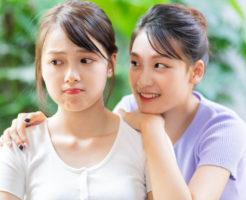 図々しい友達にうんざりしている若い女性